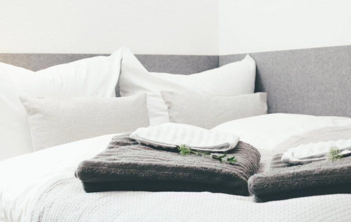 Gästewohnung Bett und Handtücher für Gäste in Halle