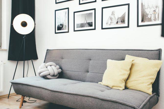liebevoll eingerichtete ferienwohnung in halle sofa und bilder aus der region